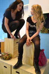 Kuvassa oikealla Emilia (Enna Piitulainen) ja Siiri (Henni Rinne). Kuva: Henrika Bäcklund