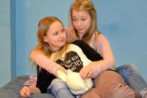 Kuvassa vas. Elsa (Matilda Perkola) ja Emilia (Enna Piitulainen). Kuva: Henrika Bäcklund