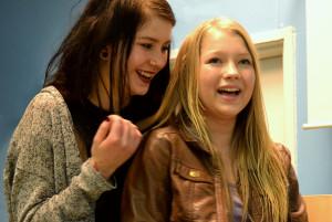 Kuvassa vas. Siiri (Henni Rinne) ja Emilia (Enna Piitulainen). Kuva: Henrika Bäcklund