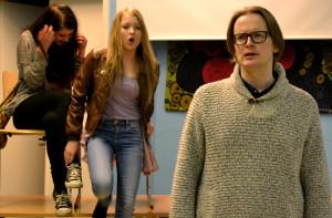 Kuvassa vas. Siiri (Henni Rinne), Emilia (Enna Piitulainen), Emiliän isä (Marcus Lindén). Kuva: Henrika Bäcklund
