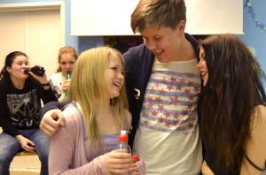 Kuvassa vas. Emilian ystävät (Asta Ahosmäki, Aada-Maria Vainio), Emilia (Enna Piitulainen), Tommi (Jasper Nieminen) ja Siiri (Henni Rinne)