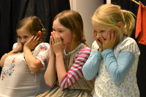 """""""Voi meitä hölmöläisiä!"""" Kuvassa vasemmalta: Frida Lillberg, Emma Skaffari ja Neela Merenluoto. Kuva: Henrika Bäcklund"""