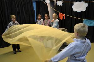 Viljapelto näyttää houkuttelevalta uimiseen. Kuvassa vasemmalta: Matti Kallinen, Frida Lillberg, Emma Skaffari, Neela Merenluoto ja Myrsky Luoma. Kuva: Henrika Bäcklund