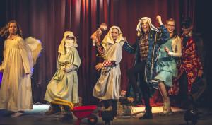 Vasemmalta: Tiina (Mailis Toivanen), Tuukka (Tekla Siltanen), Ella (Seela Moilanen), Pukari (Senni Mäki), Hanna (Laura Liimula) ja Samppa (Rony Kaiskola)