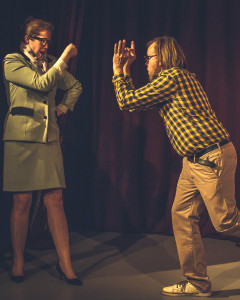 Rehtori (Nora Hlavaty) ja opettaja (Juha Siltanen)