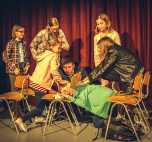 Vasemmalta: Tuukka (Tekla Siltanen), Hanna (Laura Liimula), Ella (Seela Moilanen), Samppa (Rony Kaiskola), Pate (Rasmus Hakala), Tiina (Mailis Toivanen), Pukari (Senni Mäki)