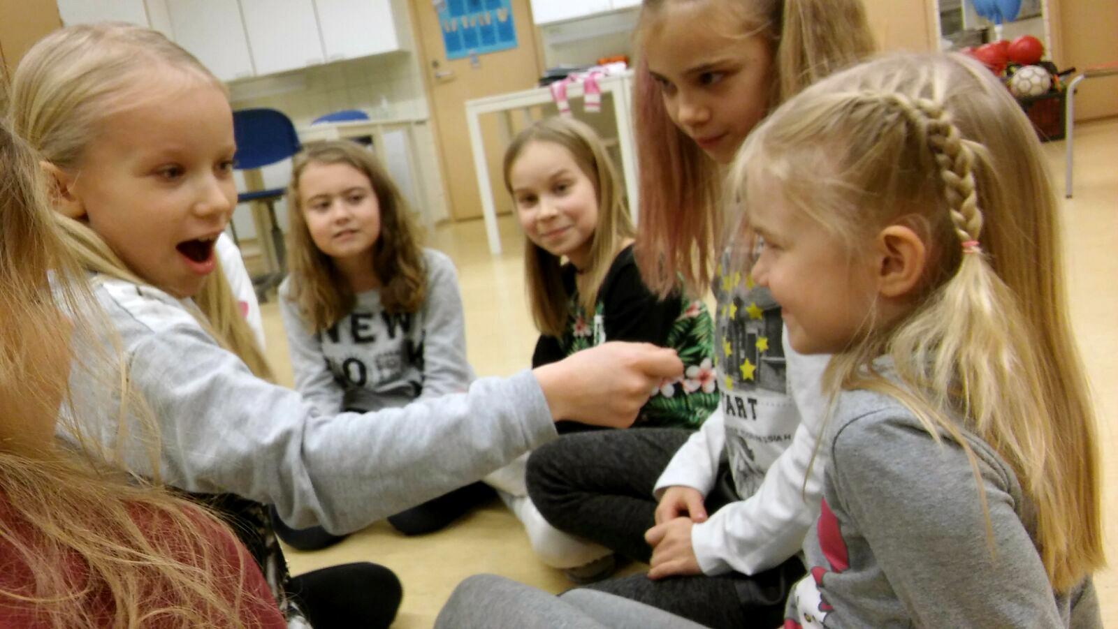 Kuvassa vas. Ella Lehtinen, Ronja Raittio, Lilja Vellinki, Maria Rannikko ja Pinja Vellinki