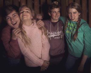 Hurrikaanikerhon etsivänelikko Matias (Rony Kaiskola), Karoliina (Seela Moilanen), Jesse (Leevi Flinkman) ja Jenni (Enna Piitulainen)