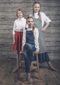 Takana vas.: Tyttö / Kaisa Olsoni ja Aasin emäntä / Venla Pohjola, edessä: Kati / Maria Rannikko