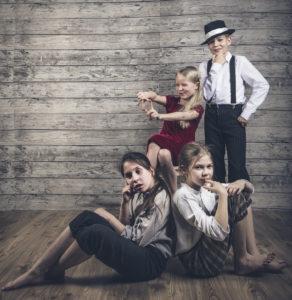Rosvot: (takana vas.) Rosamunda / Ella Lehtinen ja Markkanen / Alex Lancaster, (edessä vas.) Ritu / Unna Suihkonen ja Reiska / Minja Kananen