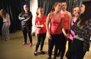 Kuvassa vas. Emilia (Enna Piitulainen), valmentaja (Jasmin Nieminen), Emilian kavereita (Jenita Lindholm, Aada-Maria Vainio, Asta Ahosmäki, Senni Mäki) ja Siiri (Henni Rinne)