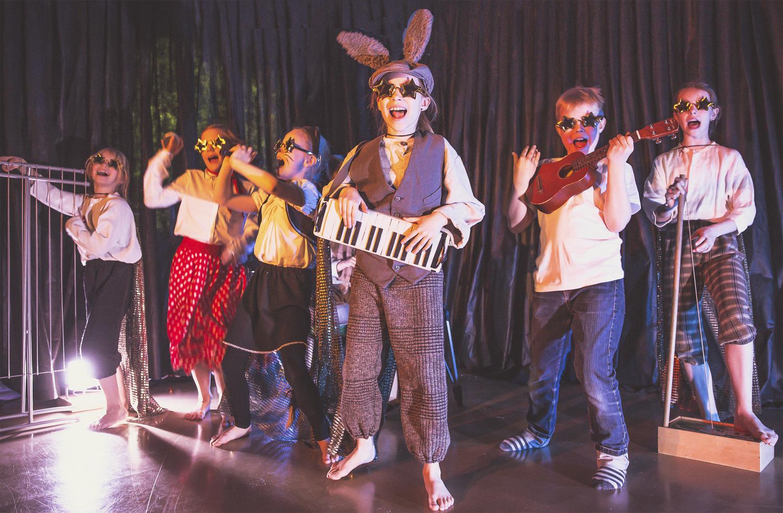 Vas. Ritu (Pinja Vellinki), Rosamunda (Frida Lillberg), Kissa (Hilla Kumara), Aasi (Lilja Vellinki), Keikkamuusikko (Joska Purhonen) ja Reiska (Siiri Koskinen)