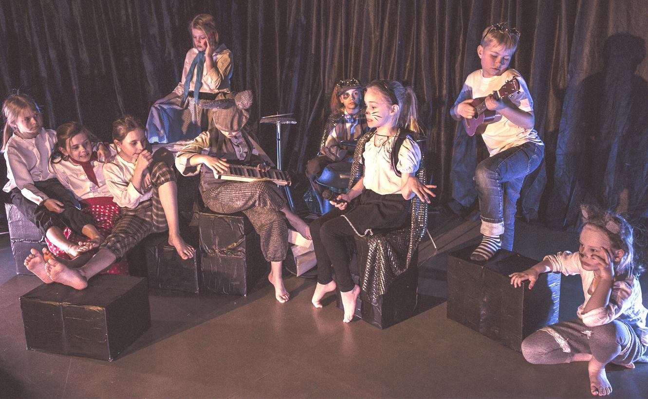 Vas. Ritu (Pinja Vellinki), Rosamunda (Frida Lillberg), Reiska (Siiri Koskinen), Manageri (Minja Hannuksela), Aasi (Lilja Vellinki), Koira (Maria Rannikko), Kissa (Hilla Kumara), Keikkamuusikko (Joska Purhonen) ja Hiiri (Helmi Kaijansalo)